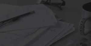 grafica e web un tavolo coperto di oggetti per grafica