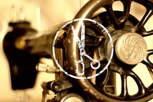 Prima dei biglietti da visita, lo studio ha realizzato un servizio fotografico. Qui una vecchia macchina per cucire e il logo in centro