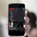 Ci ccupiamo della creazione di siti internet. Nella foto una ragazza tiene in mano un cellulare con aperta la home page di fotopiccinni.com