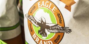 Una foto del packaging realizzato per Eagle Brand, qui un sacco della farina africana