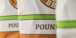 Una foto del packaging realizzato per Eagle Brand, tre sacchi della farina africana