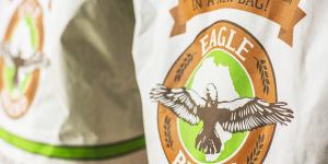 Una foto del packaging realizzato per Eagle Brand, due sacchi della farina africana