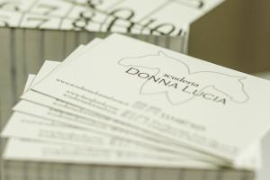 oltre al sito internet aziendale, abbiamo realizzato questi biglietti da visita della scuderia donna lucia. Davanti il logo dei due cavalli e dietro la tessera punti lezione