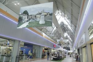 Foto paesaggistiche per Centro Benaco di Castiglione delle stiviere. Qui raffigurata una parte della galleria con la foto di Castiglione delle Stiviere